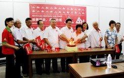 蘇家斌(左6)率領出席連線黨慶活動的理事一同進行切蛋糕儀式,左2 起為李福才、維拉、陸震鴻、馮家聲、黃桂美、丘秀蓉及吳亞仔。