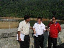 傑瑟尼(左起)、曹觀友和升旗山國會議員黃漢偉巡視亞依淡水壩時,了解最新進展。