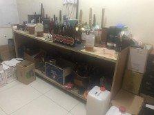 警方在住宅單位內發現疑似制造假酒的各類器具。