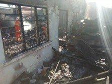 火魔造訪怡保文冬新村,瞬間將木板屋燒成灰燼,一名華婦逃命不及,葬身火海。