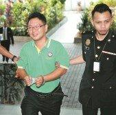 涉嫌挪用州選區公款的羅志興(左),週四在莎阿南地庭改口認罪,被法官判處監禁3年以及罰款6萬6900令吉。