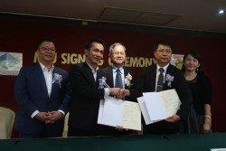 李文材(中)見證PSA工藝學院與台灣南開科技大學代表簽署合作備忘錄,左起為楊傔程、鍾順華、陳俊良,以及文淑盈。