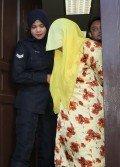 被控25項失信罪狀的羅茲雅娜步出法庭時,低頭迴避攝影鏡頭。