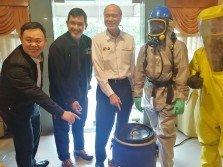 黃偉麒(左起)、莫哈末扎恩和李霖泰為「主要化學品爆炸和洩漏」響應企業社會責任活動主持開幕。
