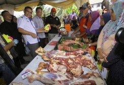 賽夫丁納蘇申(前排左起)與安華巡視由森州貿消局設立的「消費者購買我國產品促銷嘉年華會」攤位。