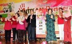 李文材(左4)為停止虐待運動主持開幕禮后,與其他嘉賓一起向暴力說「不!」,左5是陳麗敏。