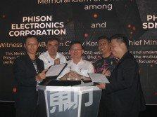 潘健成(左起)在檳州行政議員孫意志、曹觀友和鄭來興見證下,與方自興簽署諒解備忘錄。(攝影:黃俊南)