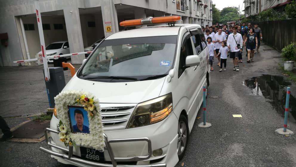 陈亿东周四举殡,近百亲朋好友在细雨中相送。