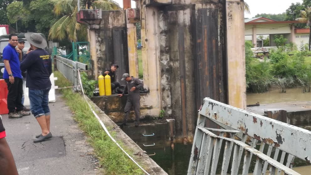 安邦惹惹水闸旁的北赖河迄今还有一个已撞毁的护栏,摇摇欲坠。
