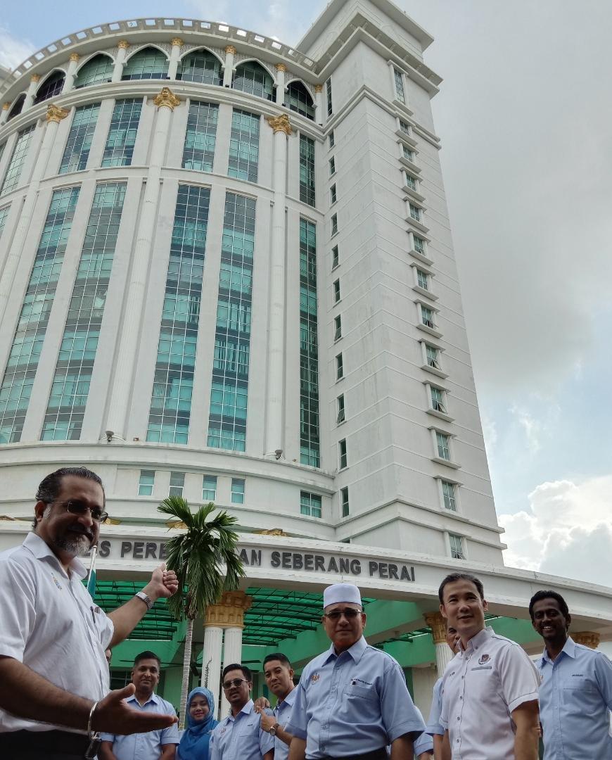 佳日星(左)和罗查理(右3)及尤端祥(右2)等人,在威省市政局大厦前合影,期待该局正式升格为市。