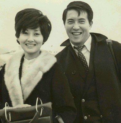张美瑶(左)为柯俊雄(右)生下两女。