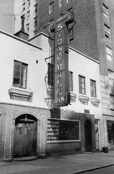 1969年当时的石墙酒吧。