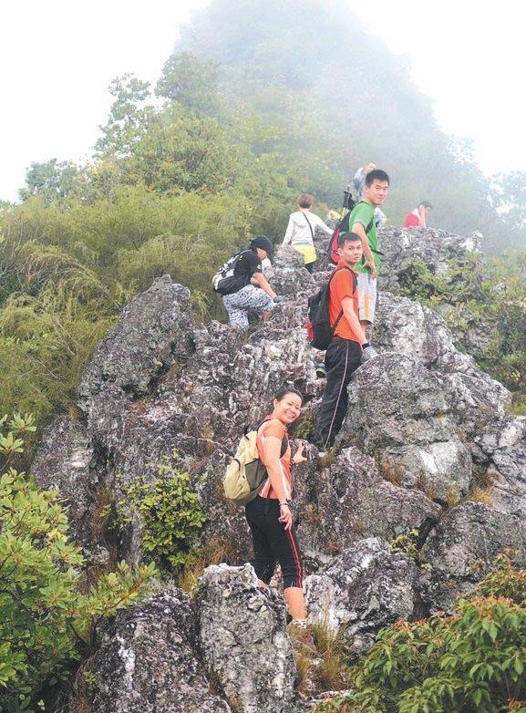 上下水晶山的山峰之间,让人仿佛站在龙的背脊上,而此站亦是主要的拍照景点之一。 -温雪婷-