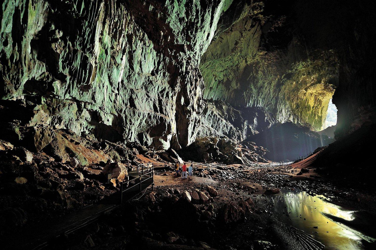 砂拉越姆鲁国家公园的鹿洞是世界最长的洞穴。
