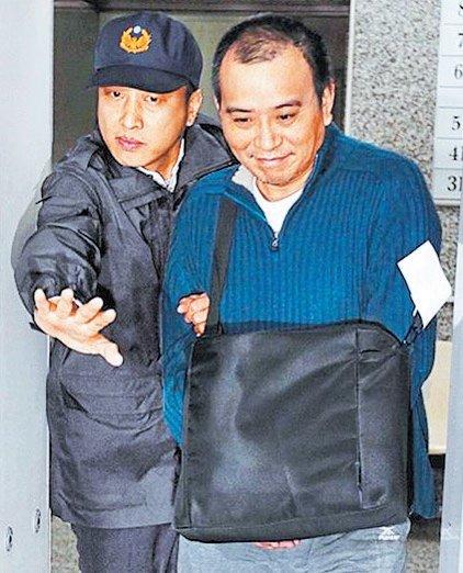 张作骥(右)4月因 性侵案遭判刑入监。