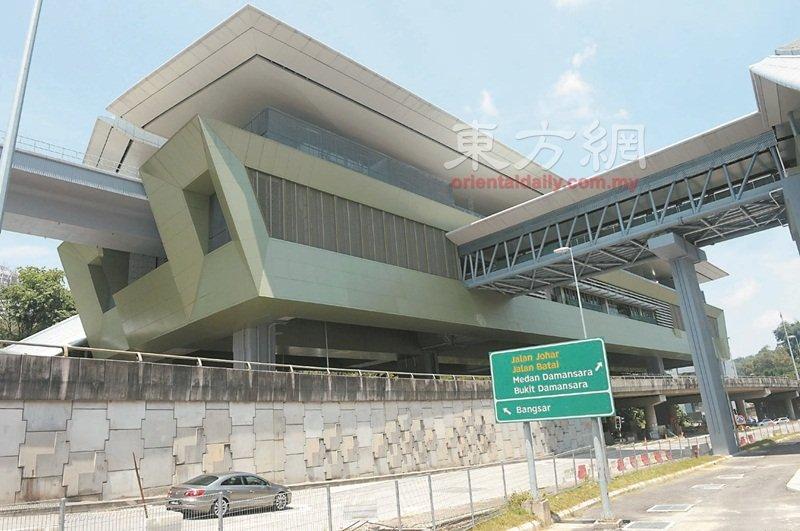 【第一捷运(MRT)】高架车站设计仿照传统马来亭子Wakaf的开放式设计,地下车站以吉冷结石英山脊为设计理念,以多样性石英结构反应我国多元族群社会。