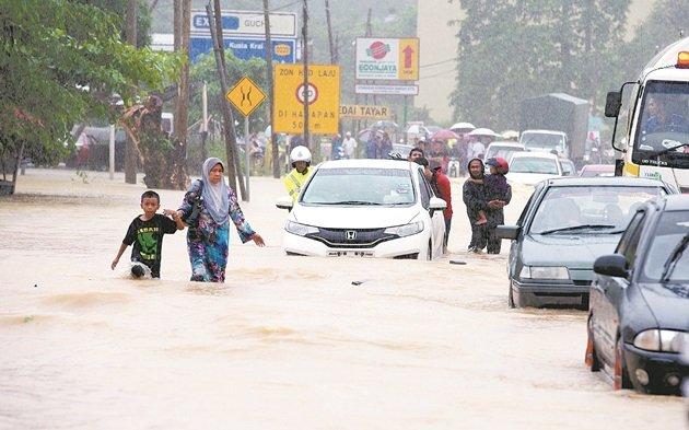 受水灾影响,哥打峇鲁往返瓜拉吉赖的主要道路,发生严重交通阻塞,道路的水位更达0.5公尺。
