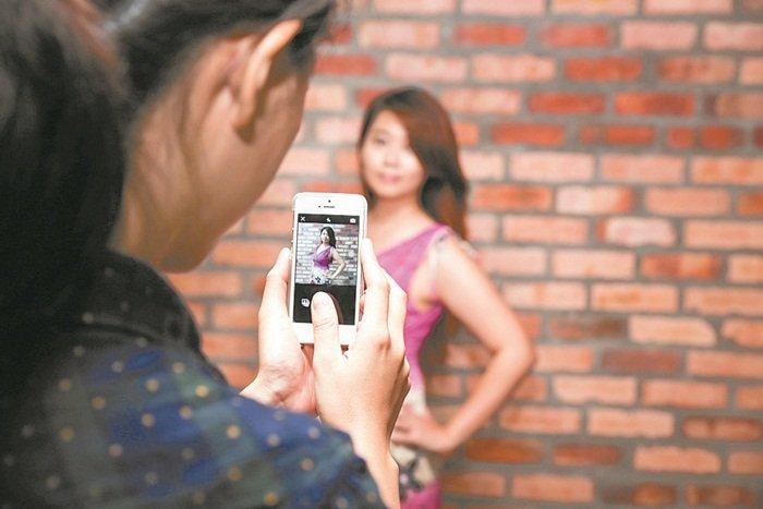 冯金铃说,Closetstyle也是社交平台,用户可以在此参考名人及时尚部落客的穿著,一起变身时尚达人!