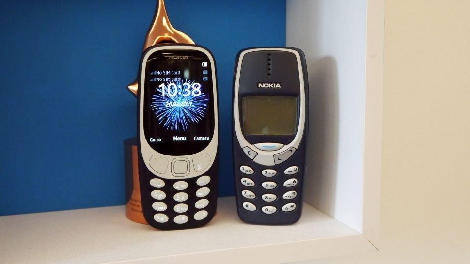 左为新版Nokia 3310,右为2000年的原版Nokia 3310。(图取自《TechRadar》)