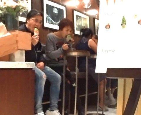 一同吃雪糕。(图取香港《苹果》)
