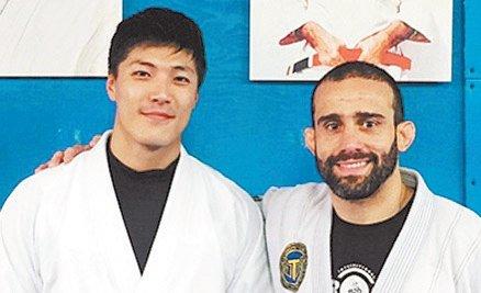 李载允(左)空閒时,都会到健身房运动,近期向教练学习巴西柔术。