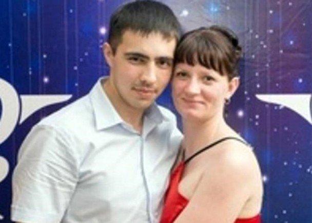 努尔穆克梅托夫(左)的妻子(右)选额原谅他。