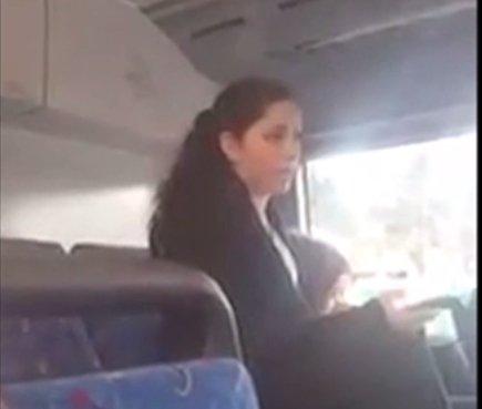 车尾一名女乘客对着大便女子高声呼喝:「我回家后要好好向孩儿解释,为什么她这小朋友懂得到厕所大便,反而成年女人却不懂。」