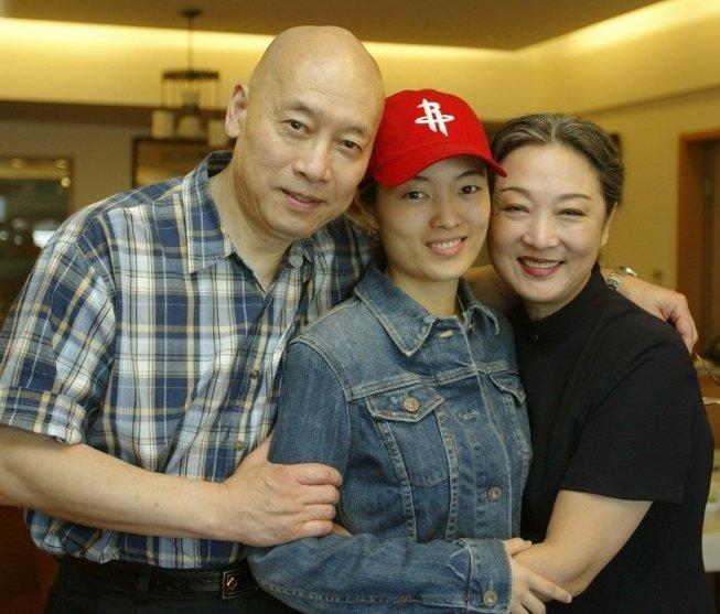 岳华和妻子恬妮,以及女儿合照。