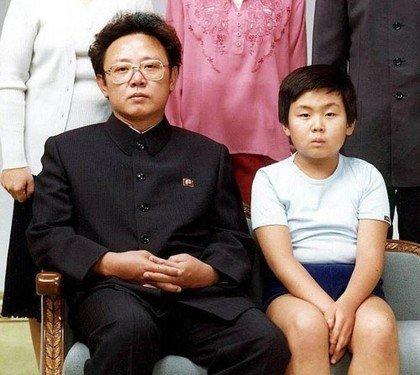 已故朝鲜前领袖金正日与长子金正男。(照片取自台湾苹果日报)