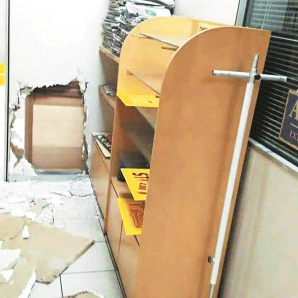 万顺购物中心分行办事处被翻箱倒匱,存放在保险箱內的30万令吉被窃贼盗走。