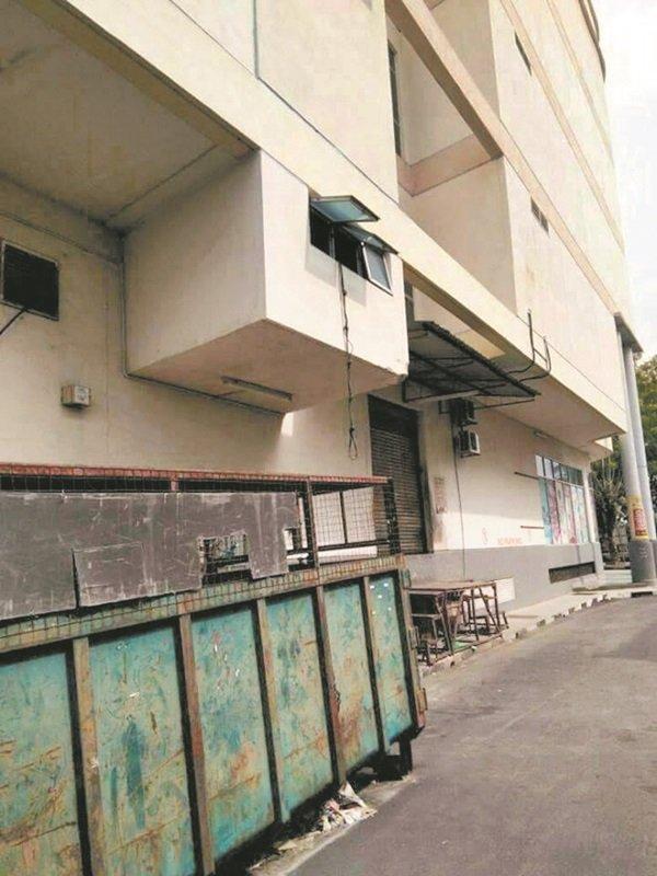 窃贼疑从购物中心办事处一楼窗户置放绳索,让其余同党潜入干案。