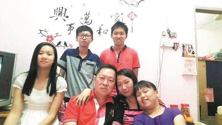 胡寿伟(前排左2)在被病魔折腾前,性情活泼开朗,一家人过著简单及幸福的生活。