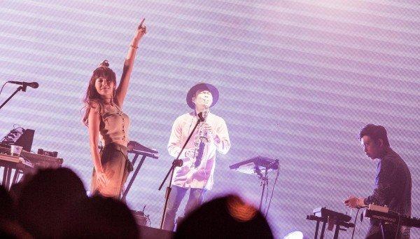 卢广仲与电子乐团「女孩与机器人」的正妹主唱Riin恋爱ing。