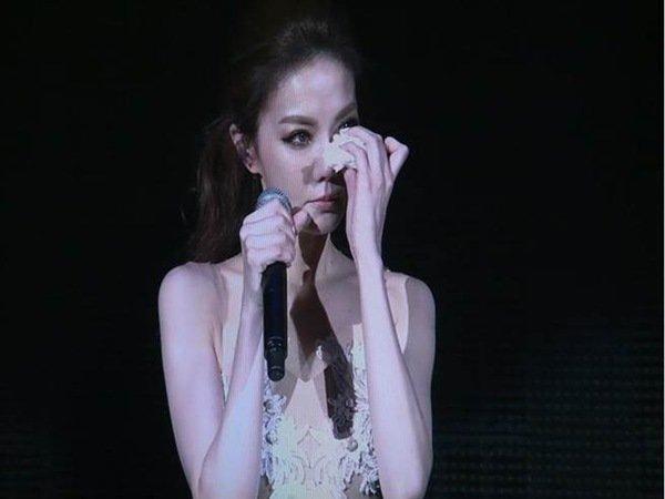 谢金燕曾在演唱会上,泪崩掀家丑。