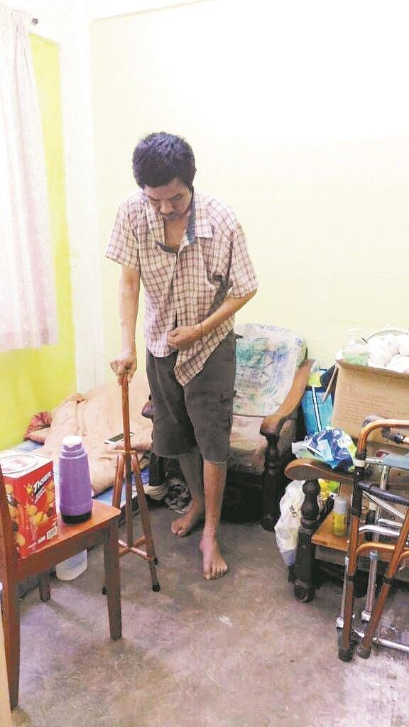 王福忠经过多次的复诊及复健之后,情况好转,可以依靠拐杖,慢慢步行一段距离。