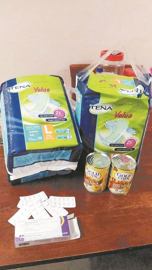 王福忠每个月需要不少钱购买尿布等用品,希望大众慷慨解囊。