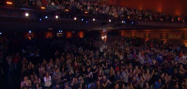 全场观眾为蔡威泽起立鼓掌。