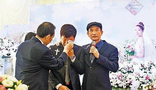 呂俊賢(中)在告別式上崩潰痛哭。