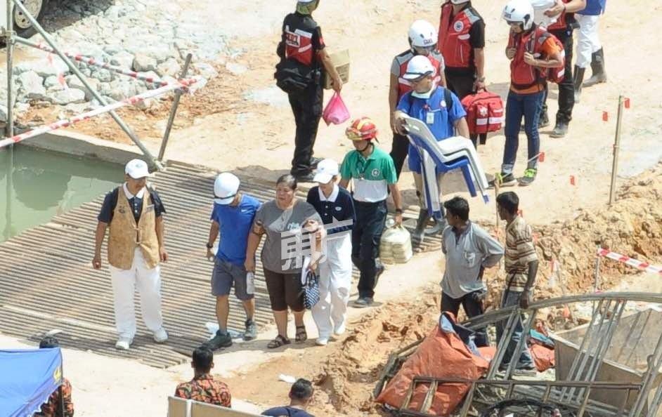 土崩受害者家属抵达现场(摄影:蔡开国)