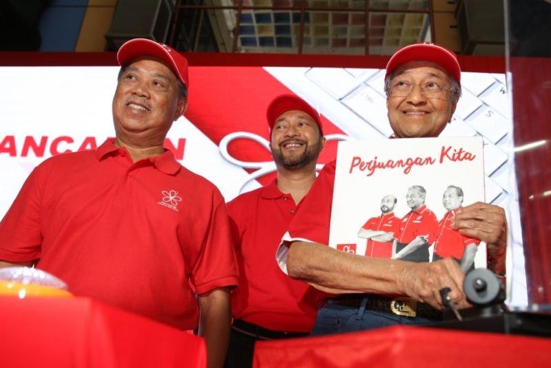 左起:慕尤丁、慕克里兹及马哈迪。
