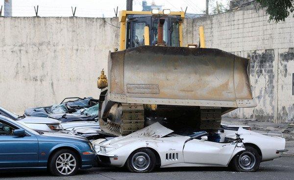 推土机压烂3521万高级名车!杜特蒂,再走私就每天辗!
