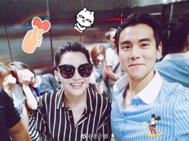 许晴(左)与彭于晏日前宣传电影时同穿条纹衫。