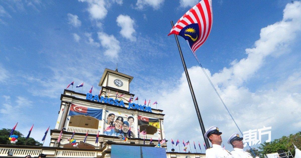 麻坡黄金丹绒广场大钟楼旗海飘飘,图为国歌响起时全场竖立,军官随著国歌徐徐升起国旗。(摄影:杨金森)