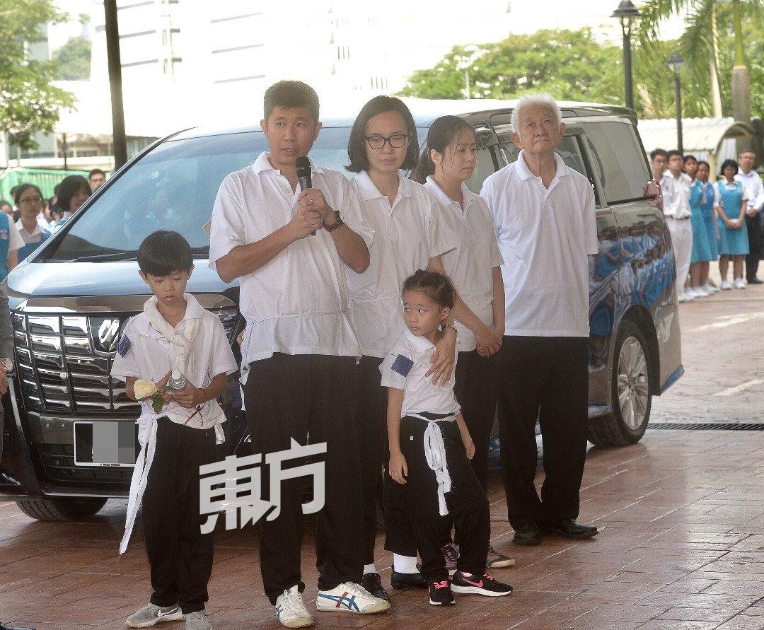 魏瑞玉儿子陈如栋(左)代表家属,感谢坤成中学让母亲实现对教育的理想。