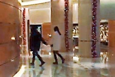 洪天被爆疑似在上海带长发女子上酒店。