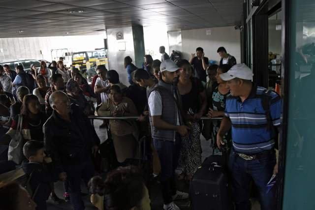 奥罗拉国际机场关闭,门外挤满旅客。 法新社