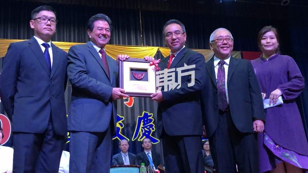 史进福(左2起)赠送纪念品予阿德里,左起为房有平、曾昭明及校长黄雪莱。(摄影:朱智威)