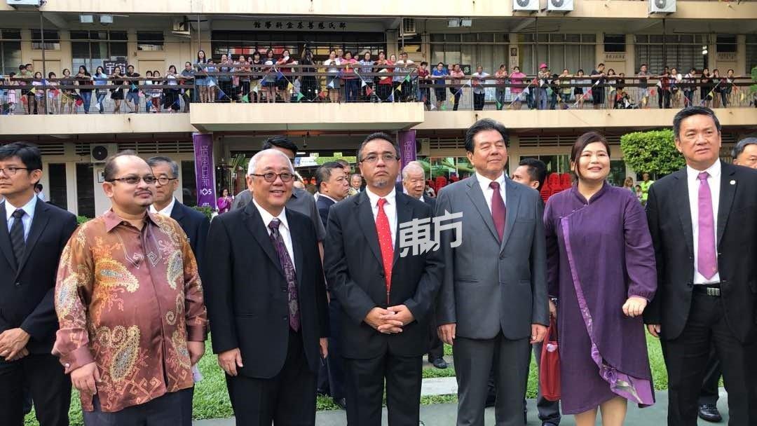 一众嘉宾移步到中场参与第二部分的仪式。(摄影:朱智威)