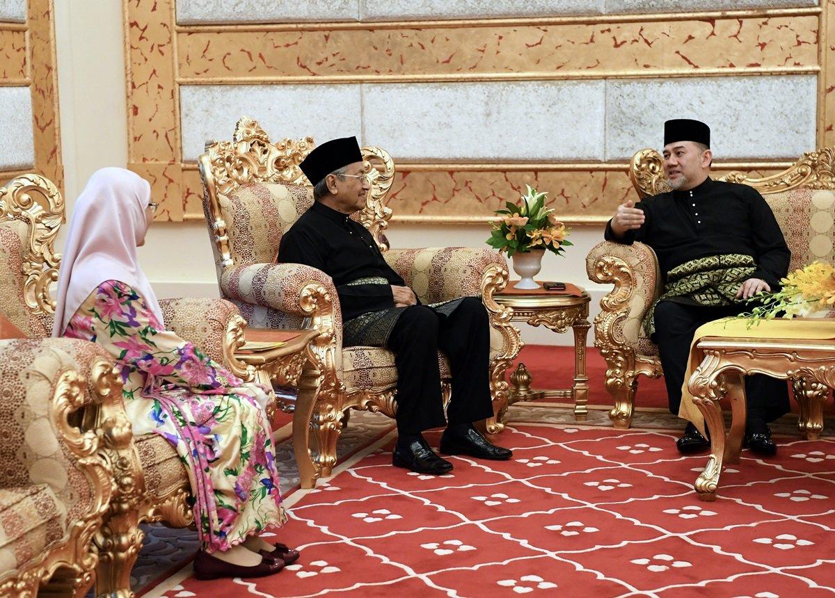 左起旺阿兹莎、敦马哈迪及国家元首吉兰丹苏丹莫哈末五世陛下。