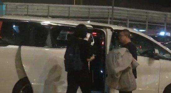 抵达香港后,王菲便火速上车。(图片取自新浪)
